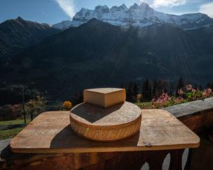 Fromage à raclette du Valais du Chablais produit par Laurant Ecoeur à la ferme des Lisats avec les Dents du Midi